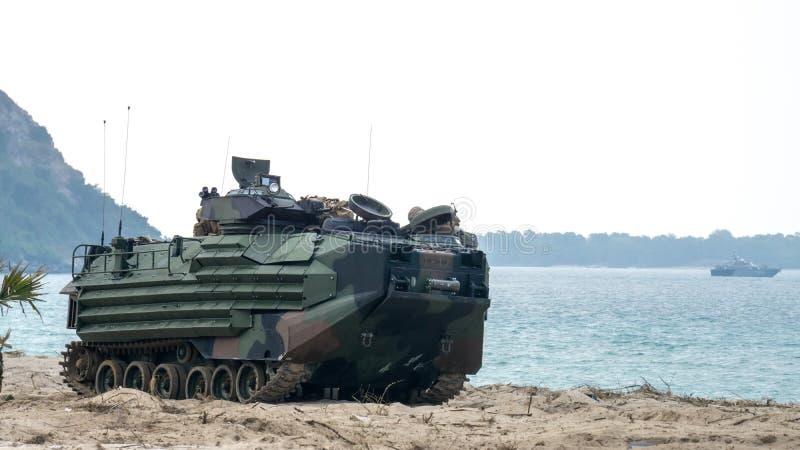 Les véhicules marins d'assaut amphibie des USA débarquent sur le bord de mer pendant le C photo libre de droits