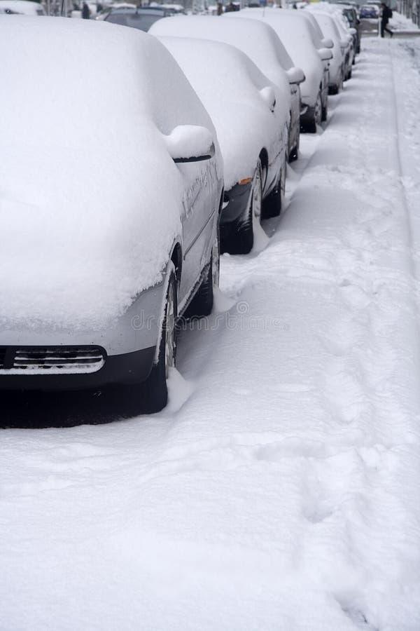 les véhicules ont profondément stationné le texte de neige de pièce images stock