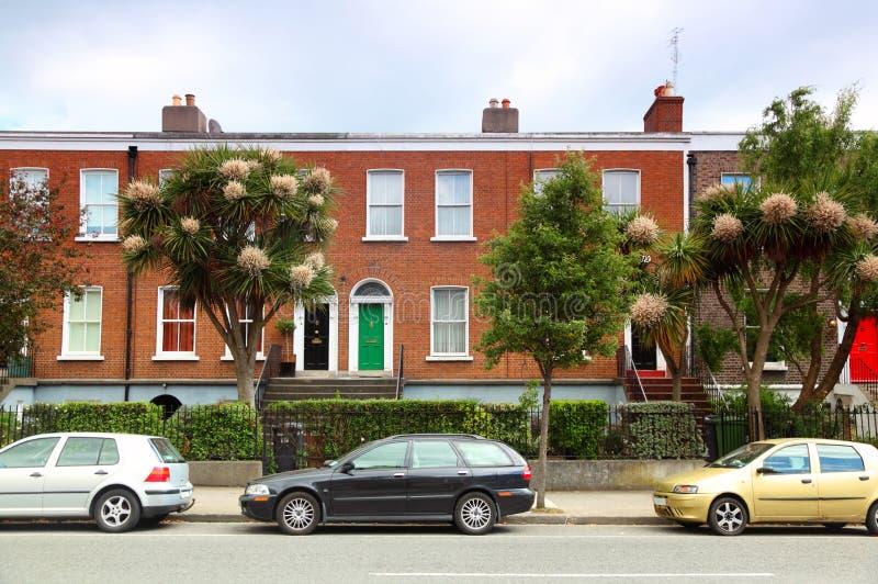Les véhicules ont stationné près de la maison de brique sur la rue à Dublin photographie stock libre de droits