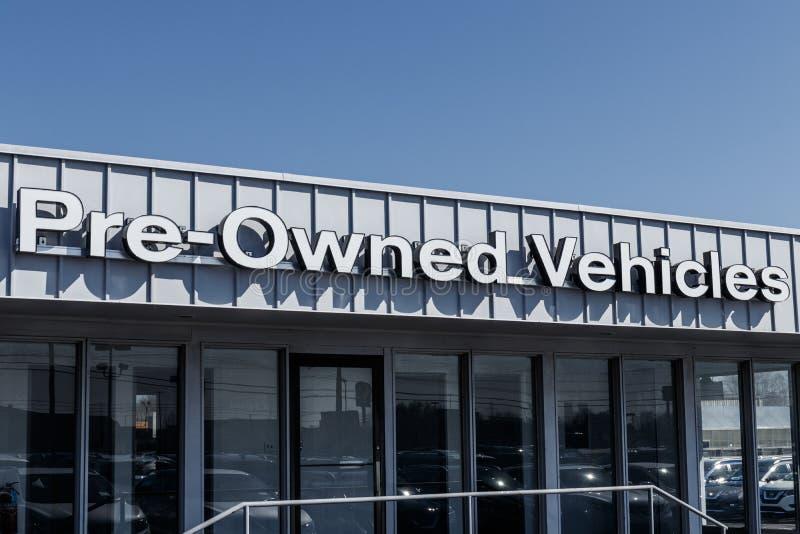 Les véhicules pré possédés signent à un signe utilisé de concessionnaire automobile ont pré possédé IV image libre de droits