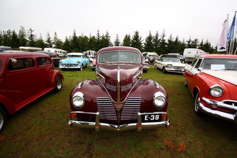 Les véhicules rouges de vintage à une voiture classique matraquent la réunion images stock