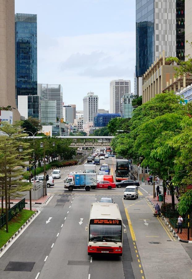 Les véhicules roulent sur la rue principale dans Chinatown, Singapour photos stock