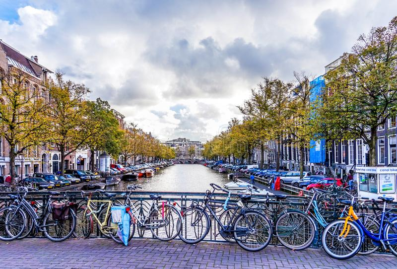 Les vélos ont enchaîné à la balustrade qu'un pont sur le Leidsestraat au-dessus du Keizersgracht est typique pour une ville de vé images libres de droits