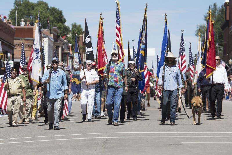 Les vétérans marchent en bas de Main Street, le 4 juillet, défilé de Jour de la Déclaration d'Indépendance, tellurure, le Colorad images stock