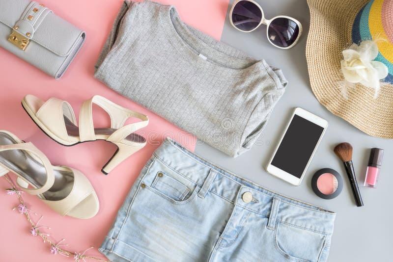 Les vêtements de femmes d'été de mode ont placé avec des cosmétiques et les accessoires images libres de droits