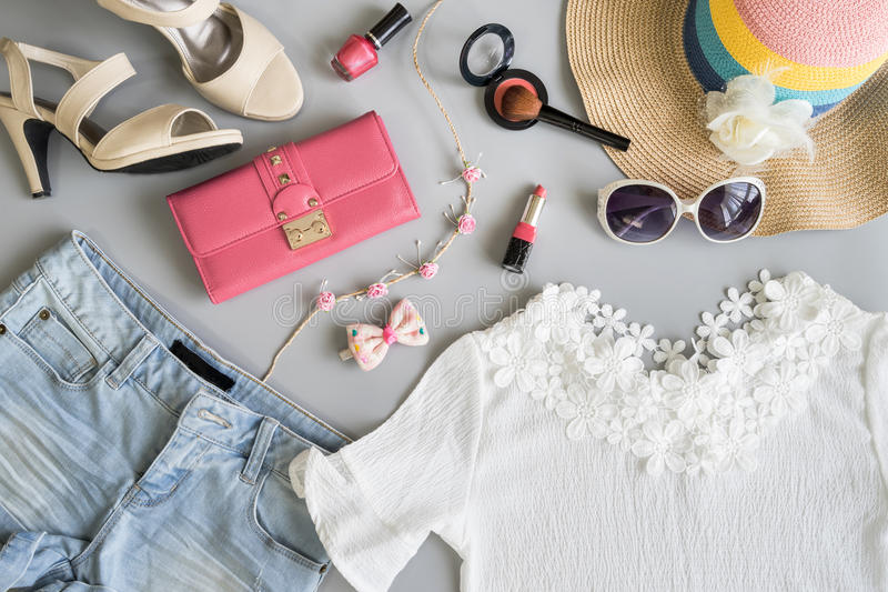 Les vêtements de femmes d'été de mode ont placé avec des cosmétiques et les accessoires images stock