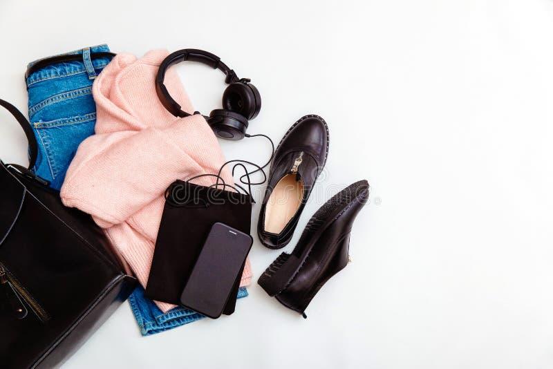 Les v?tements de mode et les accessoires des femmes Collage femelle de la jeunesse sur la vue sup?rieure de fond blanc Une dispos image libre de droits