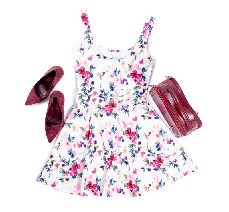 Les vêtements de mode de ressort d'été s'habillent avec l'impression florale, le sac rouge et les chaussures de talon haut images stock