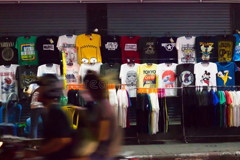 Les vêtements font des emplettes au bord de la route de nuit, route de Khaosan, Bangkok, Thaïlande image stock