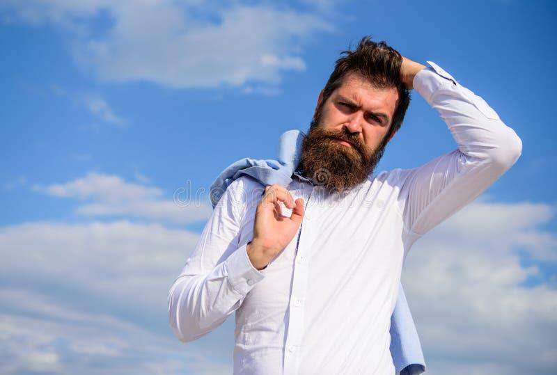 Les vêtements formels blancs de hippie barbu d'homme semble le fond pointu de ciel Marié de fantaisie Hippie avec des regards de  images libres de droits