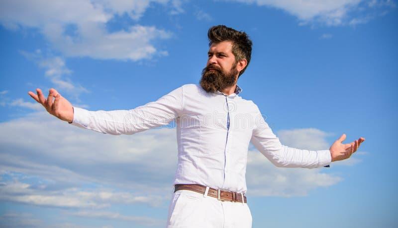 Les vêtements formels de hippie barbu d'homme semble le fond pointu de ciel Dessus atteint Puissance et liberté Hippie avec la ba image libre de droits