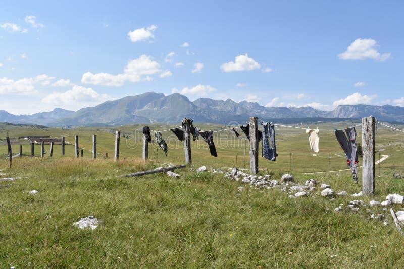 Les vêtements lavés séchant sur la ligne et la montagne de Durmitor dans la distance photos libres de droits