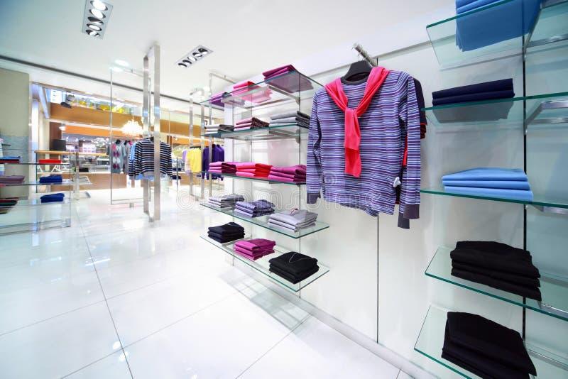 Les vêtements masculins sont en vente dans le système image stock