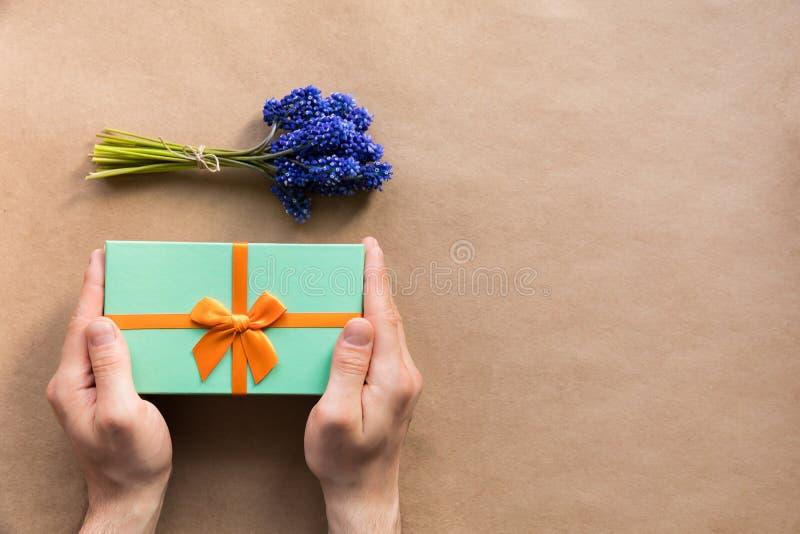 Les vacances de Flatlay monnayent le giftbox actuel dans des mains de l'homme photos stock