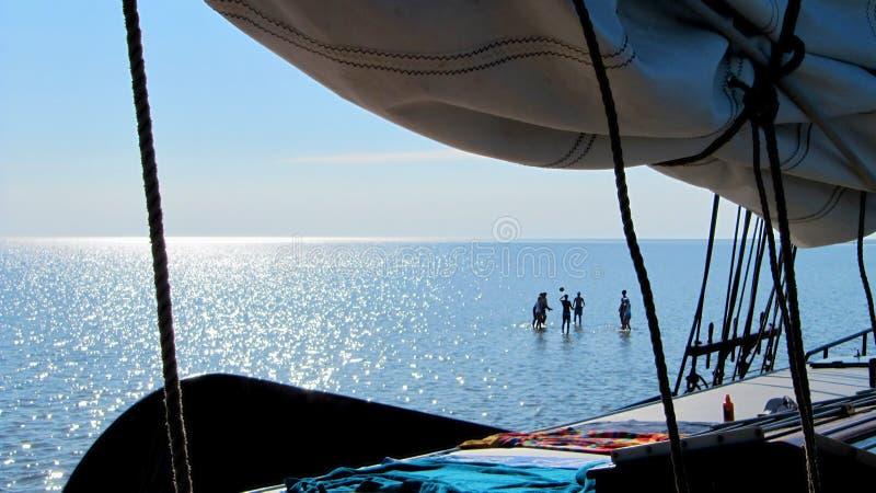 Les vacances de navigation, les gens jouent la volée sur le mudflat photos stock