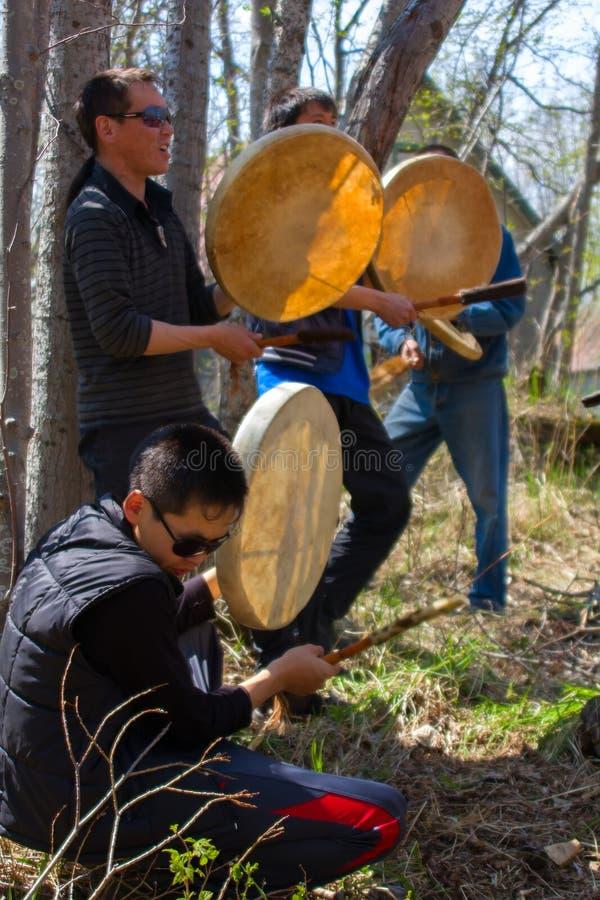 Les vacances nationales 1 Représentation de groupe de jeune Itelmens (Kamchadals) : jouer le tambourin photographie stock