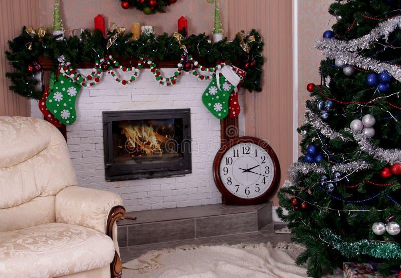 Les vacances ont décoré la pièce avec l'arbre et la cheminée de Noël images libres de droits