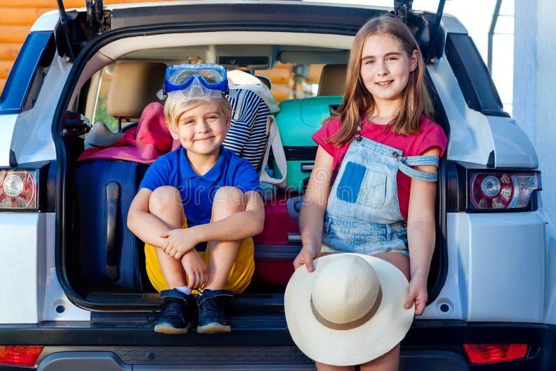 Les vacances prêtes de maison de bagages d'enfant de garçon de fille de chien de Labrador de valises de vacances de famille du so photographie stock