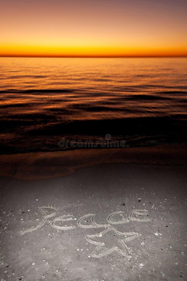 Les vacances souhaitent la paix écrite dans le sable image libre de droits