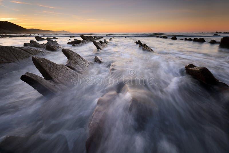 Les vagues au-dessus de Sakoneta échouent Guipuzkoa, pays Basque photographie stock libre de droits