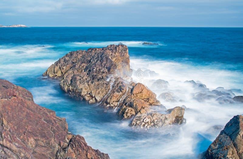 Les vagues dangereuses de l'océan d'Altantic lissé avec la longue exposition photographie stock libre de droits
