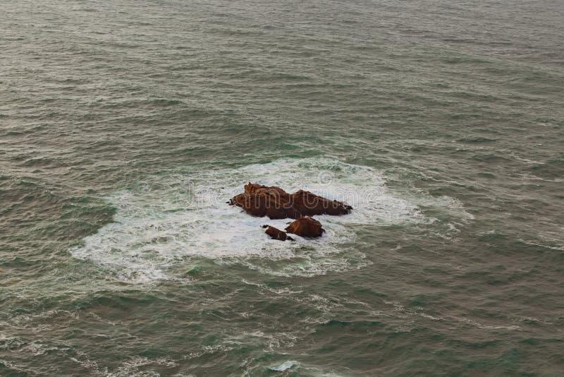Les vagues de l'Océan Atlantique ont frappé les roches au cap Roca Cabo DA Roca Le point occidental d'Europe, Portugal images stock