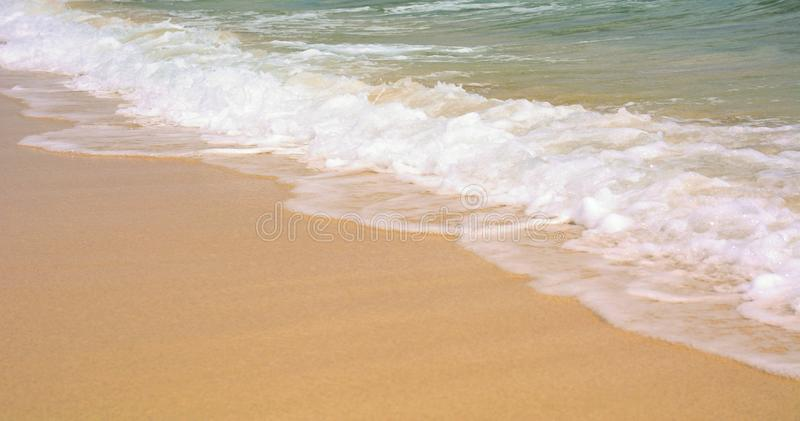 Les vagues de l'océan sur la plage images libres de droits