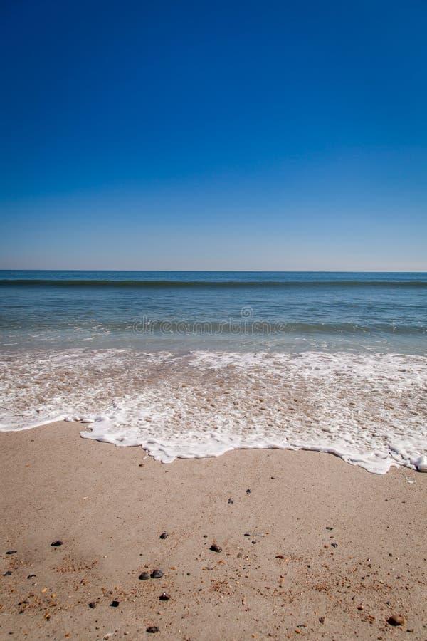 Les vagues douces lavent à terre sur Amelia Island image libre de droits