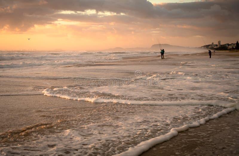 Les vagues du Pacifique à Daybreak Queensland Australie Océanie. Pêche Iconique Relaxante images libres de droits