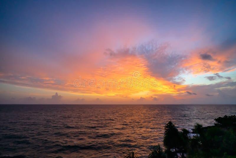 Les vagues en mer pendant le cr?puscule, le ciel color?, vue sup?rieure photo libre de droits