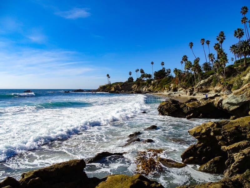 Les vagues se brisent dedans aux roches au Laguna Beach photographie stock libre de droits