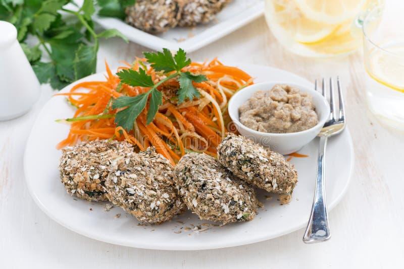 Les Vegans déjeunent - les hamburgers haricot et la salade de carotte d'un plat images stock