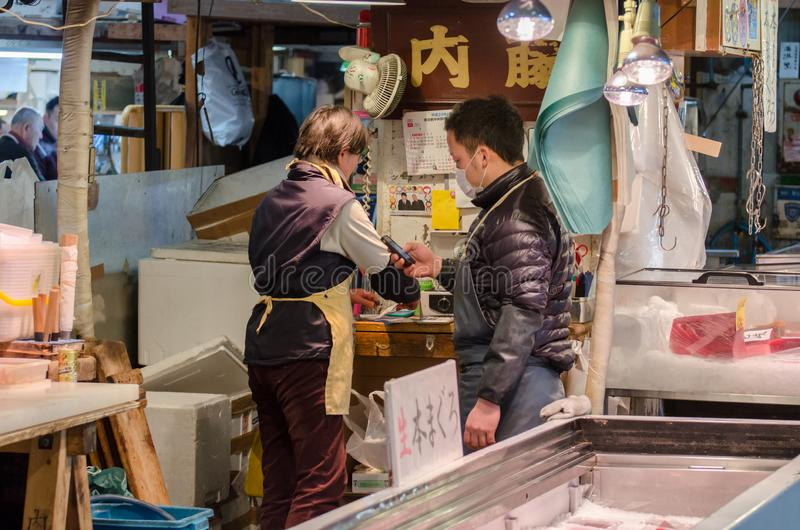 Les vendeurs à la poissonnerie au Japon photo stock