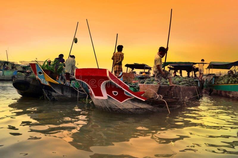 Les vendeurs de produit frais se vendent du bateau au bateau au marché de flottement de Cai Rang, Vietnam photos stock