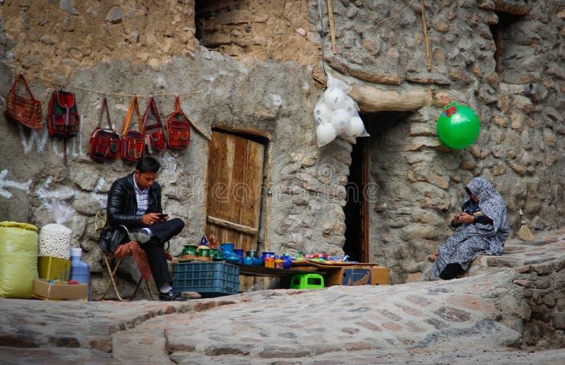 les vendeurs de souvenir attendent des acheteurs dans le village de Kandovan, Tabriz l'iran photo stock