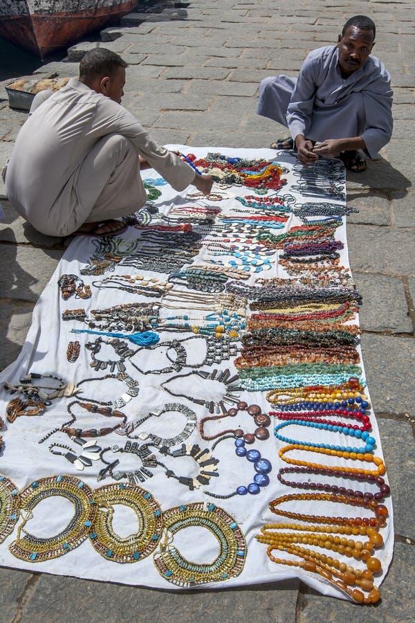Les vendeurs de souvenir ont installé leurs bijoux à vendre au port de bateau chez Philae à Assouan en Egypte image libre de droits