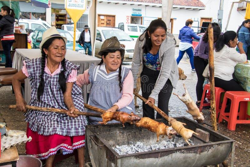 Les vendeurs préparent le cobaye cuy pour le déjeuner photographie stock libre de droits