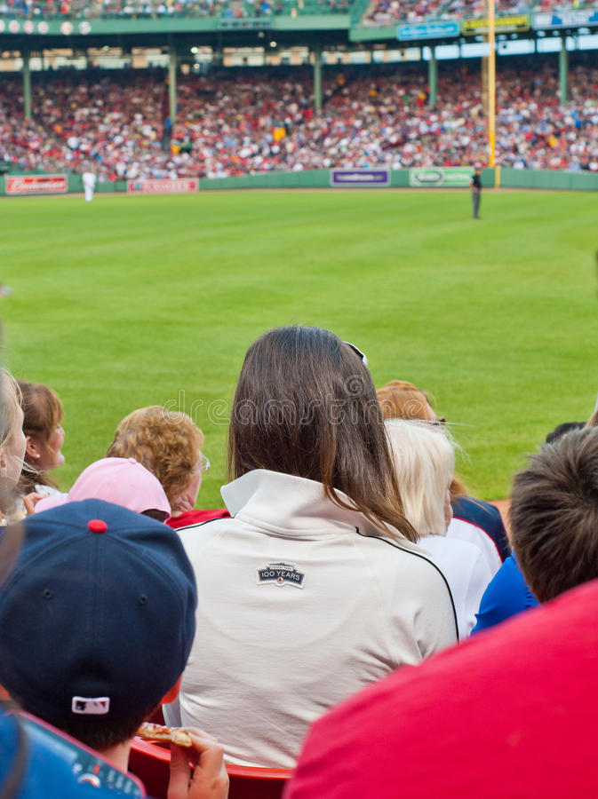 Les ventilateurs observent un jeu de Red Sox photo stock
