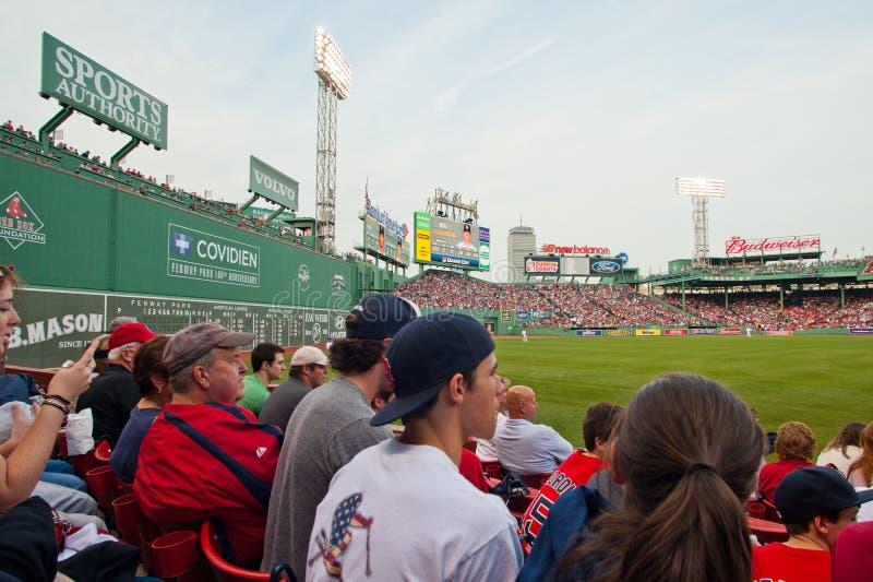 Les ventilateurs observent un jeu de Red Sox photographie stock