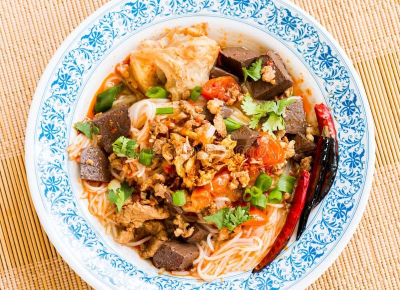 Les vermicellis thaïlandais avec la soupe ou le kanom jeen, nourriture thaïlandaise images libres de droits