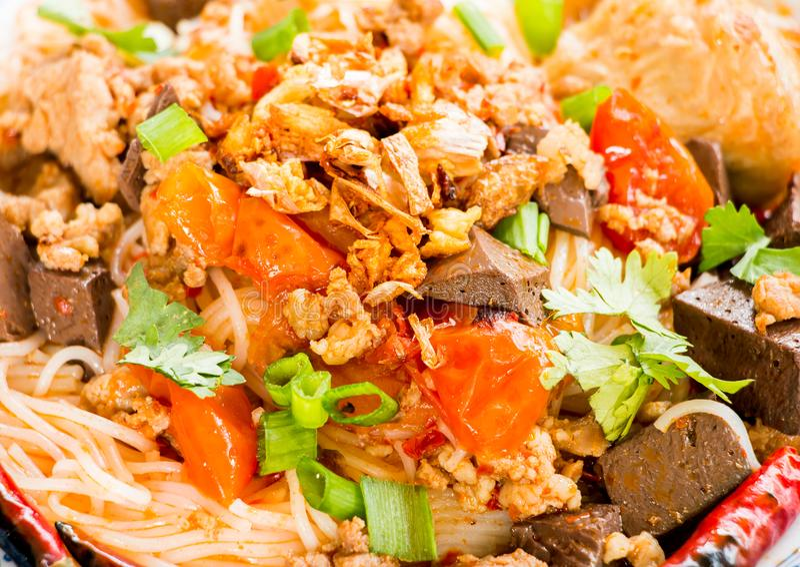Les vermicellis thaïlandais avec la soupe ou le kanom jeen, nourriture thaïlandaise photographie stock libre de droits
