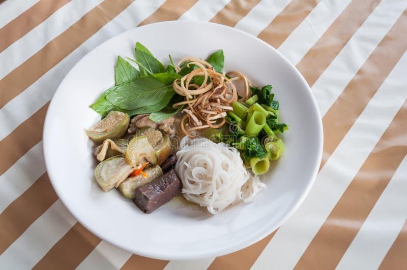 Les vermicellis thaïlandais de riz avec le cari de vert de poulet image libre de droits