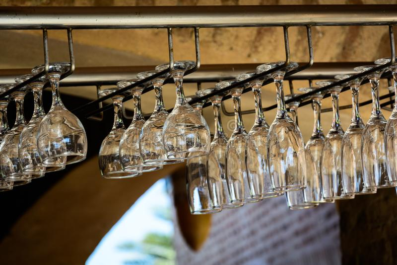 Les verres dans la barre photographie stock libre de droits