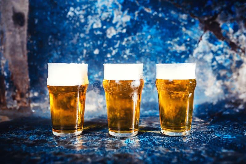 Les verres de bière, rédigent les bières blondes servies dans le bar, le restaurant ou la boîte de nuit photos stock