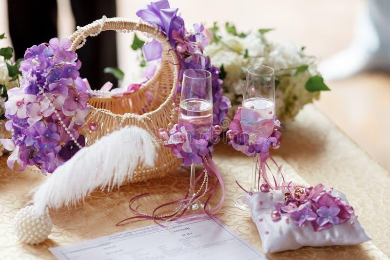 Les verres de mariage avec le champagne se tiennent derrière un joli deco de panier image stock