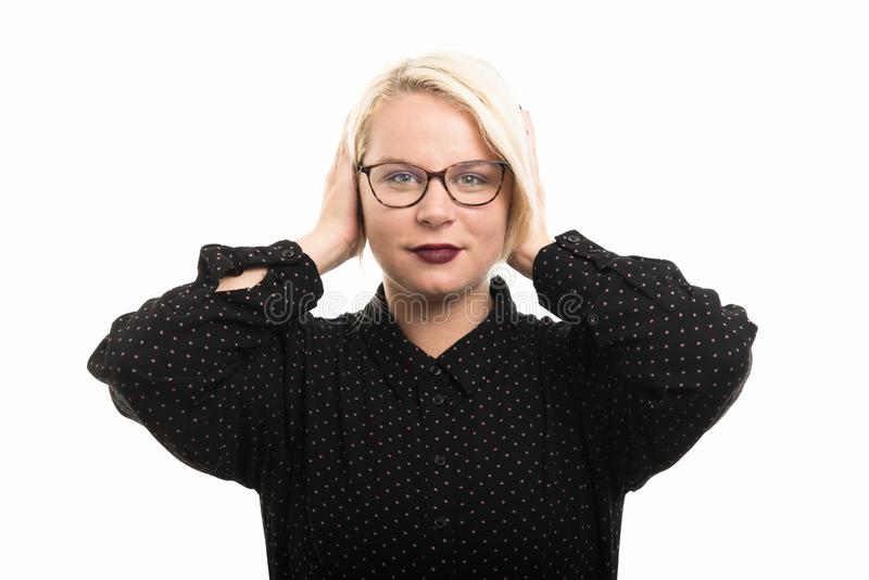 Les verres de port blonds de professeur féminin couvrant des oreilles aiment la GE sourde image libre de droits