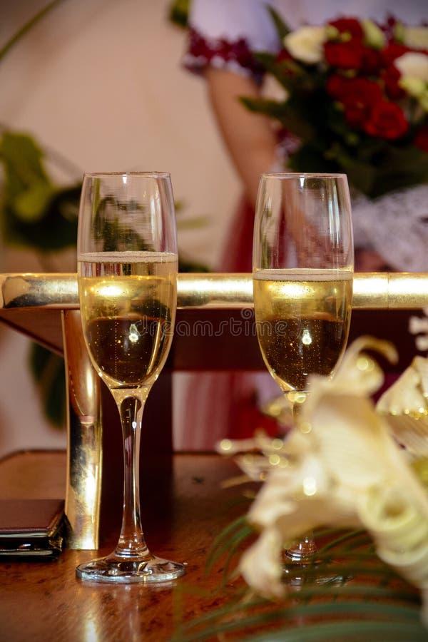 Les verres féeriques sont pleins du champagne de scintillement pendant le mariage photo libre de droits