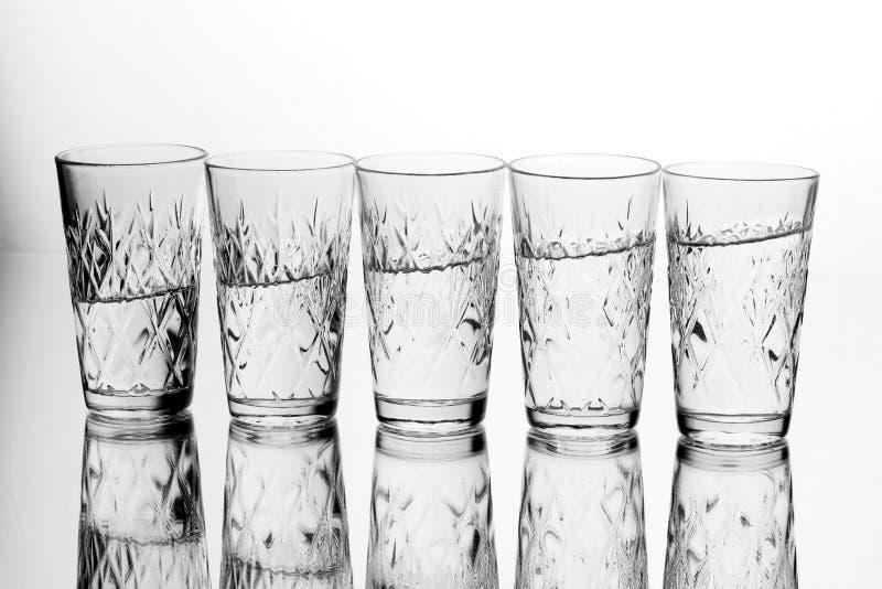 Les verres glassfive de l'eau de l'eau sont dans une rangée I images libres de droits