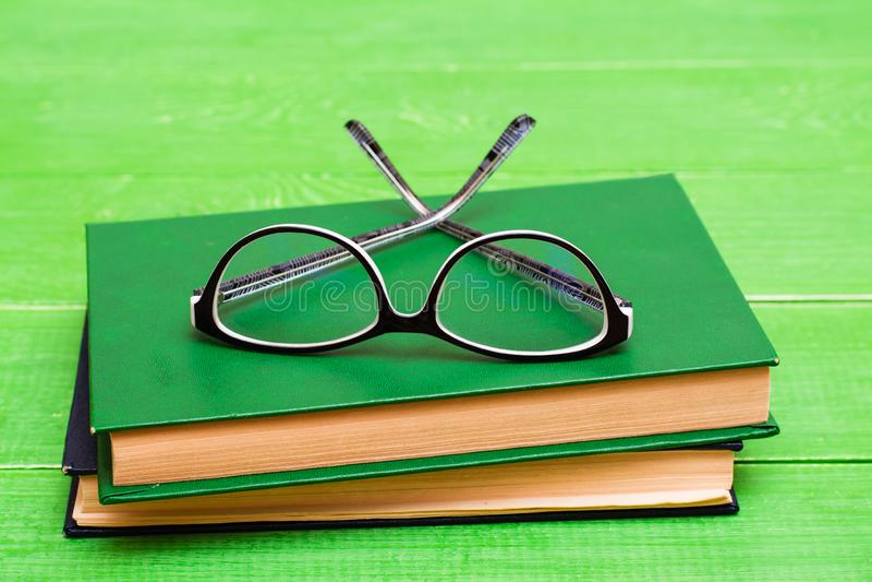 Les verres se trouvent sur deux livres reliés image libre de droits