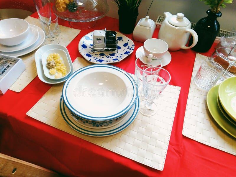 Les verres, tasses, plats, accessoires de cuisine se trouvent sur la table de cuisine images stock